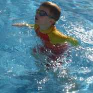 Kids long sleeve UV50+ rash vest at use in the swimming pool